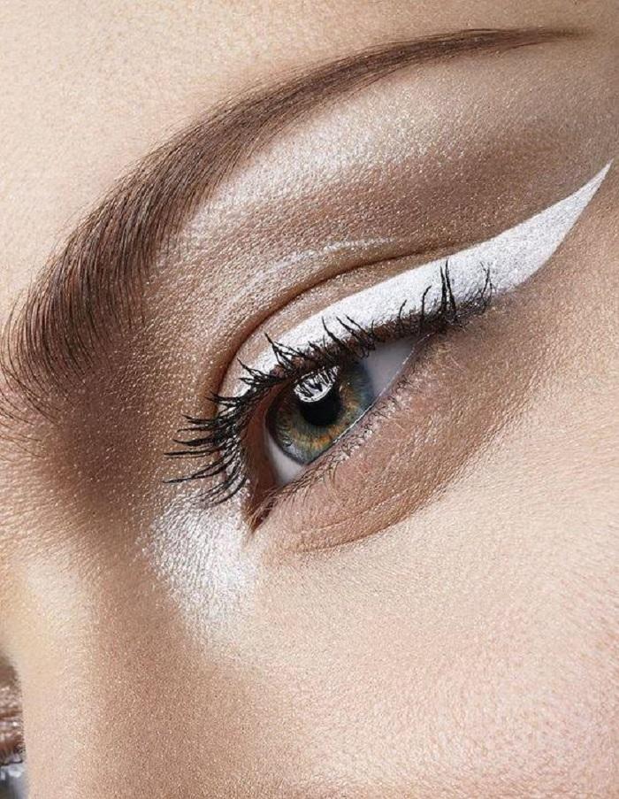 Белые стрелки — новый тренд в макияже-2021: как рисовать, зависит от фантазии (фото)