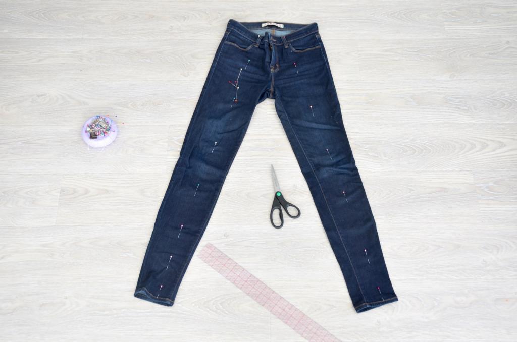 Как из двух пар старых джинсов сделать модные двухцветные. Смотрится оригинально, берем на заметку