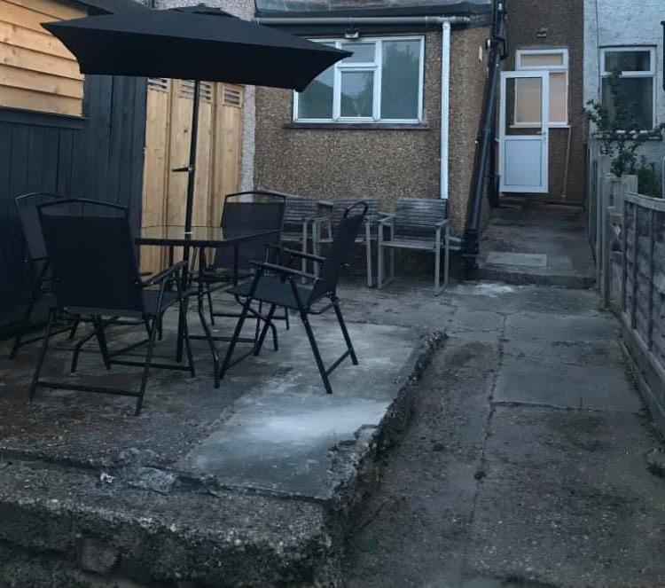 Каменный фундамент посреди двора портил участок, но его превратили в террасу