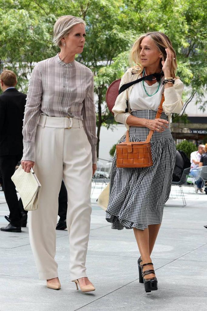 Кэрри Брэдшоу не слишком поменялась. Новые наряды героини культового сериала разбирают стилист и психолог