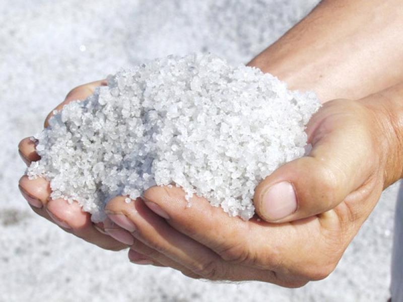Зачем поливать грядки солевым раствором: хитрость, которую используют опытные огородники
