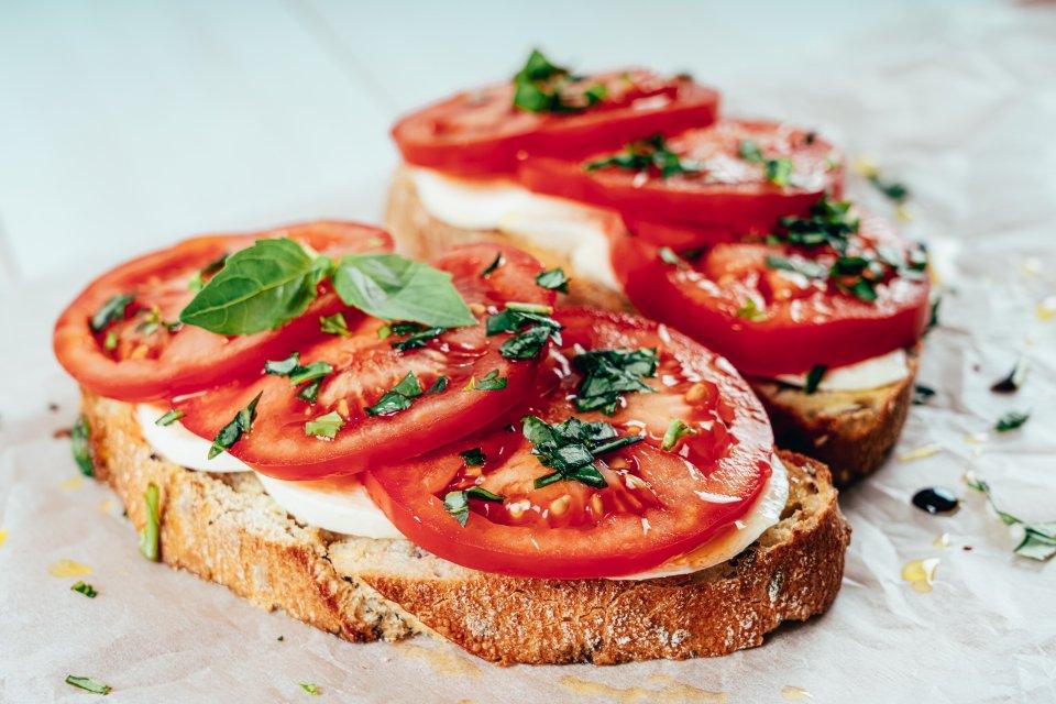 20 % калорий от суточной нормы: здоровые перекусы, которые помогут похудеть (яблоки с орехами, йогурт с ягодами и др.)