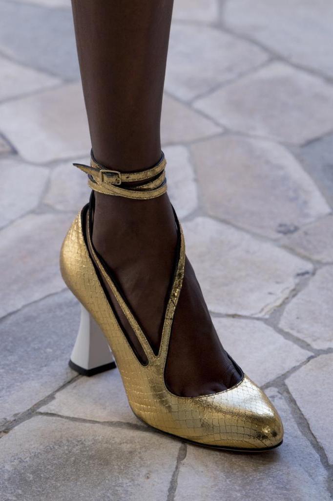 Поможет создать не только комфортный, но и изысканный образ: трендовая летняя обувь на устойчивом каблуке