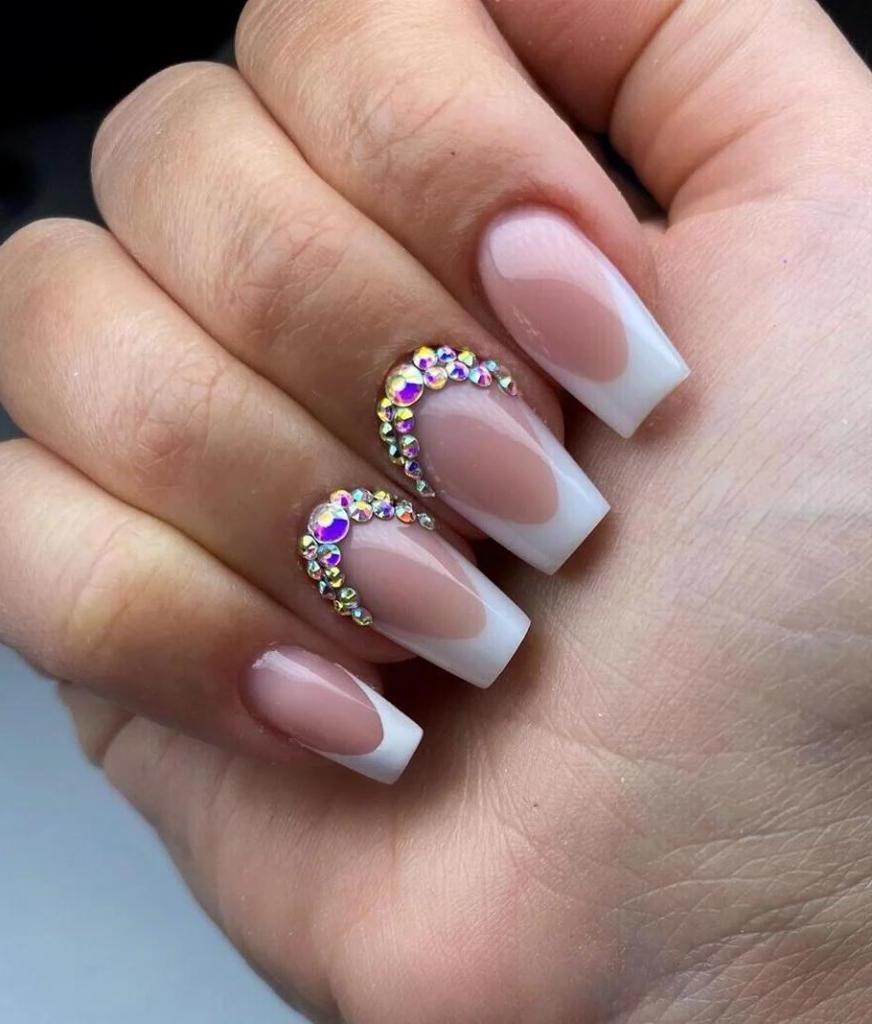 Поклонницам френча, которым не нравится его лаконичность: как сделать идеальные ногти и нетрадиционные способы украшения