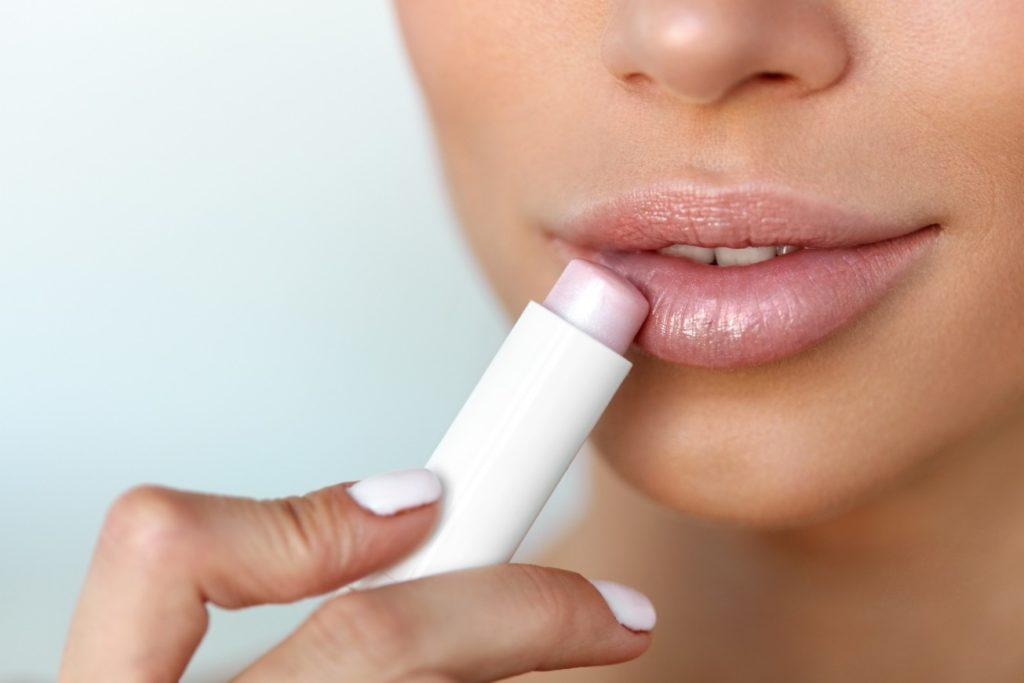 Тональный крем перед помадой и не только: как сделать губы объемнее за несколько секунд