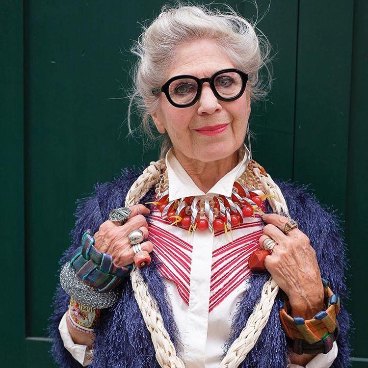 Не только создадут стильный образ, но и помогут замаскировать признаки старения: примеры очков для женщин в возрасте