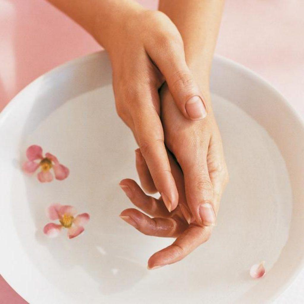 Трендовый маникюр осени для женщин за 40: модные тенденции, советы по выбору дизайна и уходу за ногтями