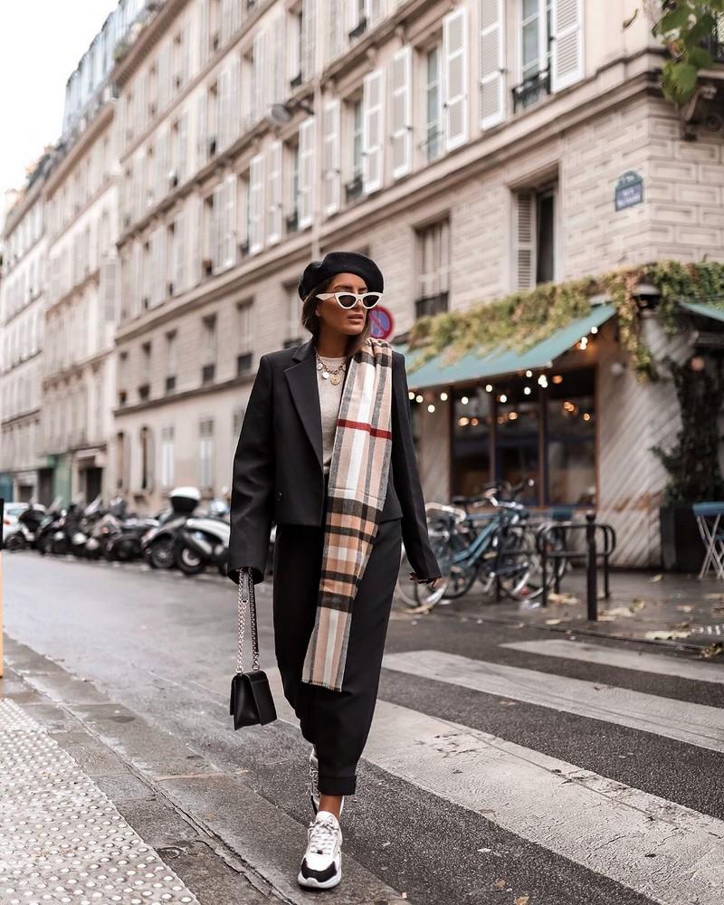 Пора укутываться: как и с чем носить шарф этой осенью (трендовые аксессуары и стильные советы)