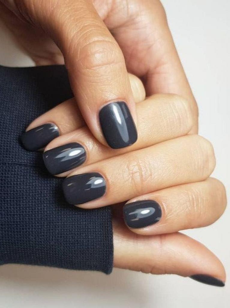 Кто сказал, что подходят только светлые оттенки: осенние тенденции и дизайн темных коротких ногтей