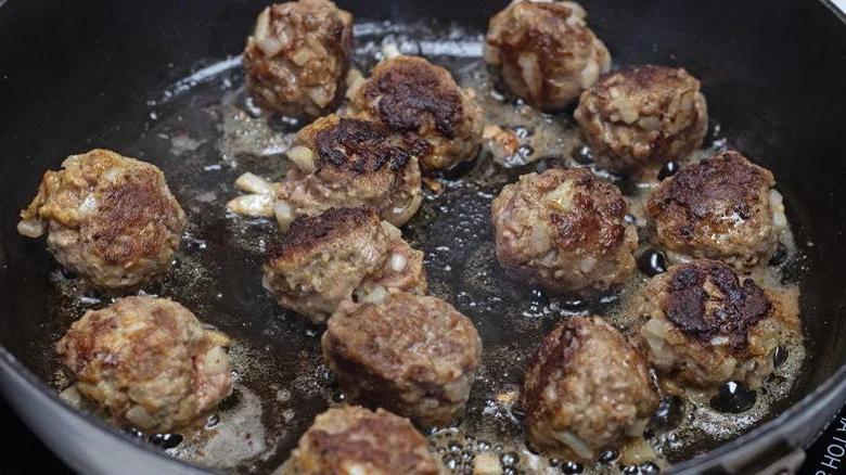Если походу на пикник мешает осенний дождь, устраиваем его дома: как сделать фрикадельки барбекю в мультиварке