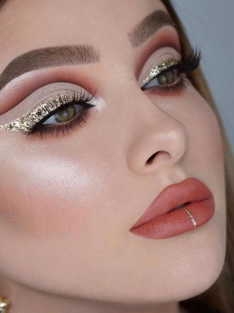 Добавляем яркости в серые осенние будни: как сделать трендовый макияж сезона с блестками