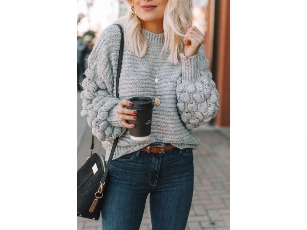 Идеально подходят для дождливых и холодных дней: как создавать модные образы с объемными вязаными свитерами - хитом осеннего сезона