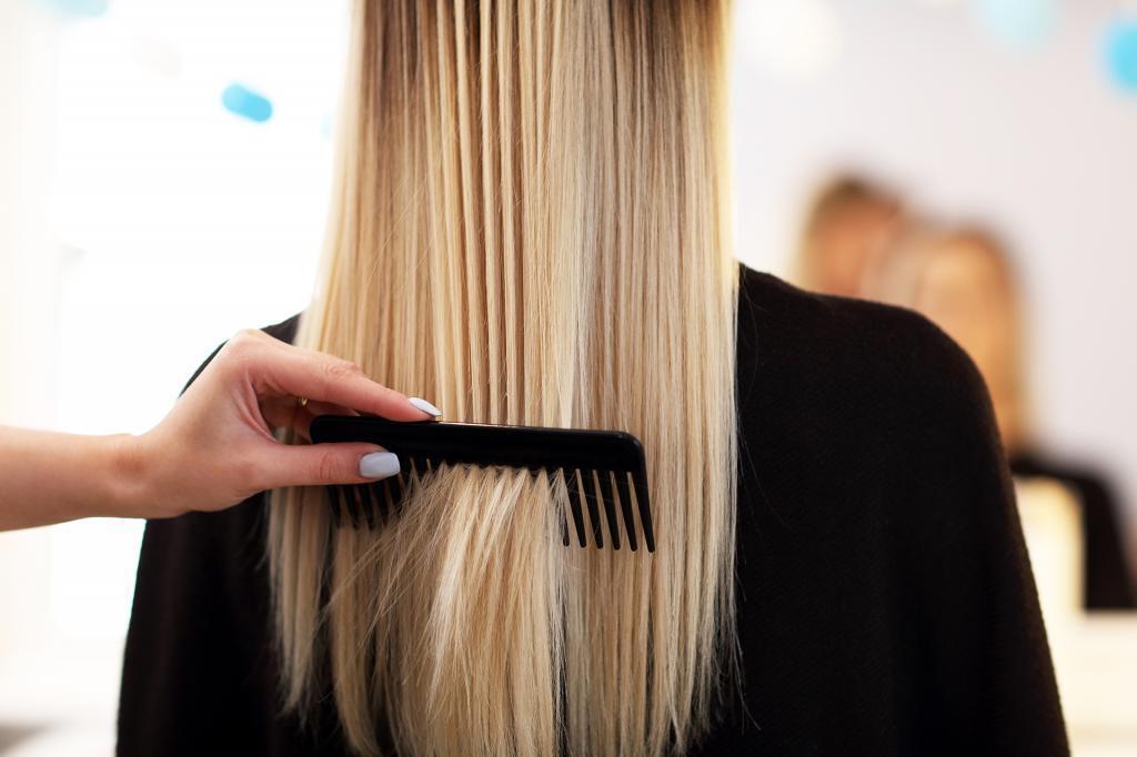 Не расчесывают после кондиционера, не используют средства с силиконами: как парикмахеры ухаживают за своими волосами
