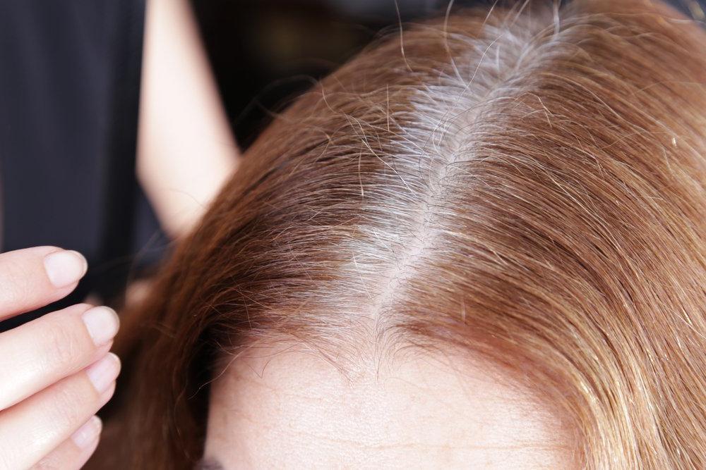 Как скрыть седые волосы за секунды: потребуется гель для бровей