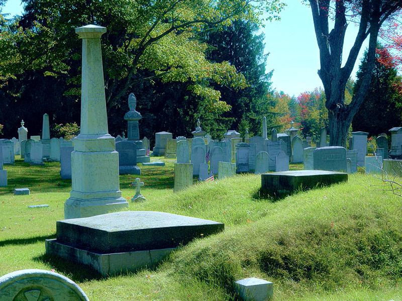 Врач боялся быть похороненным заживо и смастерил особенный гроб. Теперь на его могилу ходят толпы туристов!