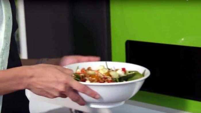 «Вкусней, чем у бабушки»: новый робот-автомат делает свежие салаты всего за пару минут