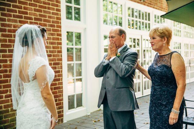 Слёзы иискренняя радость отцов, впервые удививших своих дочерей всвадебных платьях