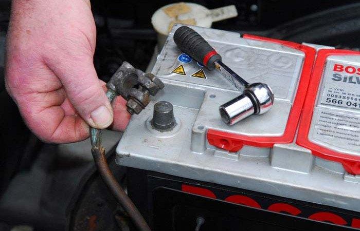 Нужно ли снимать клеммы с аккумулятора, если в планах не садиться за руль более недели: опыт бывалых
