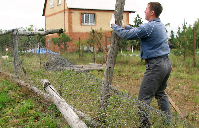 Простой способ, как избавиться от старого столба на участке без титанических усилий