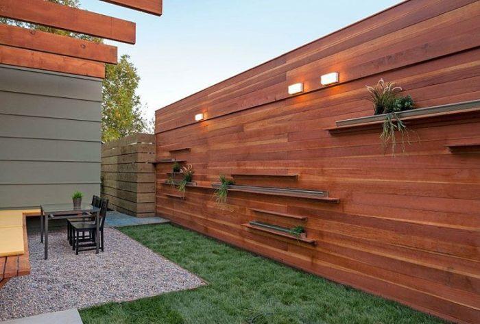 20 современных деревянных заборов, которые не только защитят, но и украсят любой загородный участок