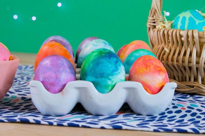 В последний момент: как быстро покрасить яйца пенкой для бритья