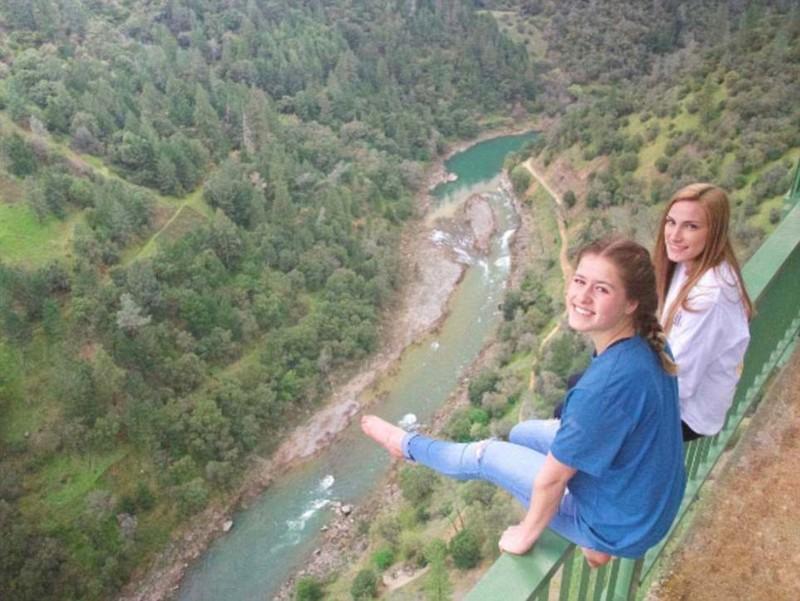 Из за селфи женщина упала ссамого высокого вКалифорнии моста — нолюбителей риска этонеостанавливает