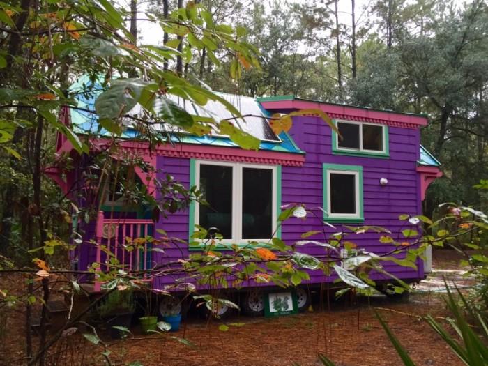 Этот домик ядовито фиолетового цвета скрывает в себе очаровательный интерьер