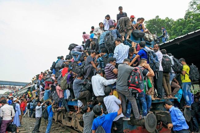 Какжители Бангладеш ездят наработу наэлектричке