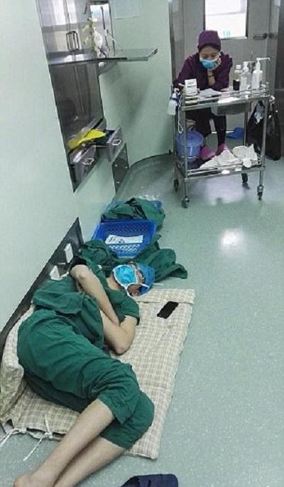 Фото спящего на дежурстве хирурга вызвало вспышку ненависти. Но, узнав причину, ты кардинально поменяешь мнение о нём...