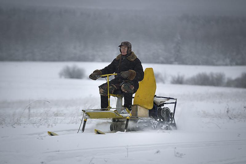 Пенсионер ввятской деревне собрал аэросани, снежный трактор имотодельтаплан