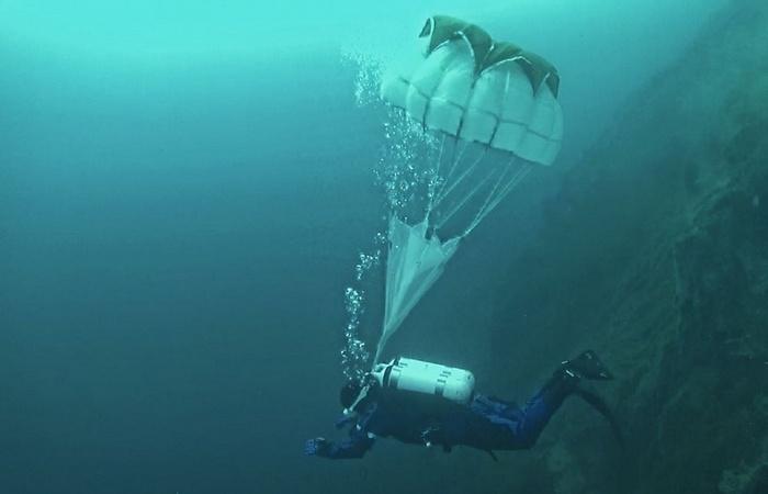 Для чего водолазы и подводники используют парашюты в морской пучине
