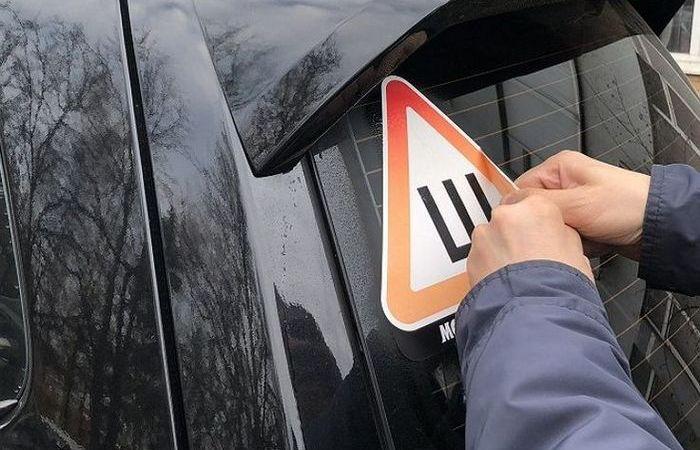 Как удалить следы наклейки на стекле автомобиля всего за пару минут