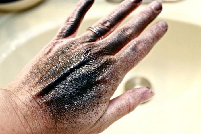 Ремонт и чистые руки:  как быстро стереть краску в баллончике с кожи