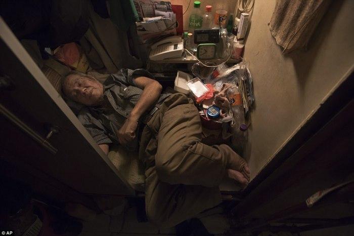 Жители Гонконга вынуждены жить в квартирах клетушках, в которых порой нельзя вытянуть ноги