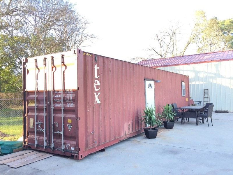 Внутри этого неказистого контейнера скрывается потрясающее жилище
