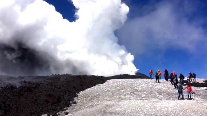 Извержение вулкана Этна чуть не убило команду BBC Film