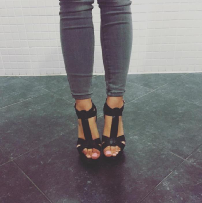 Кеды vs. шпильки: 18 извечных проблем, с которыми сталкиваются любительницы высоких каблуков.
