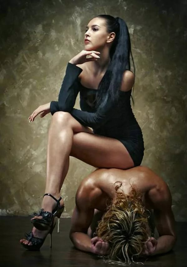 femdom-reklama-foto-porno-devushka-v-shlyape-i-polosatih-chulkah