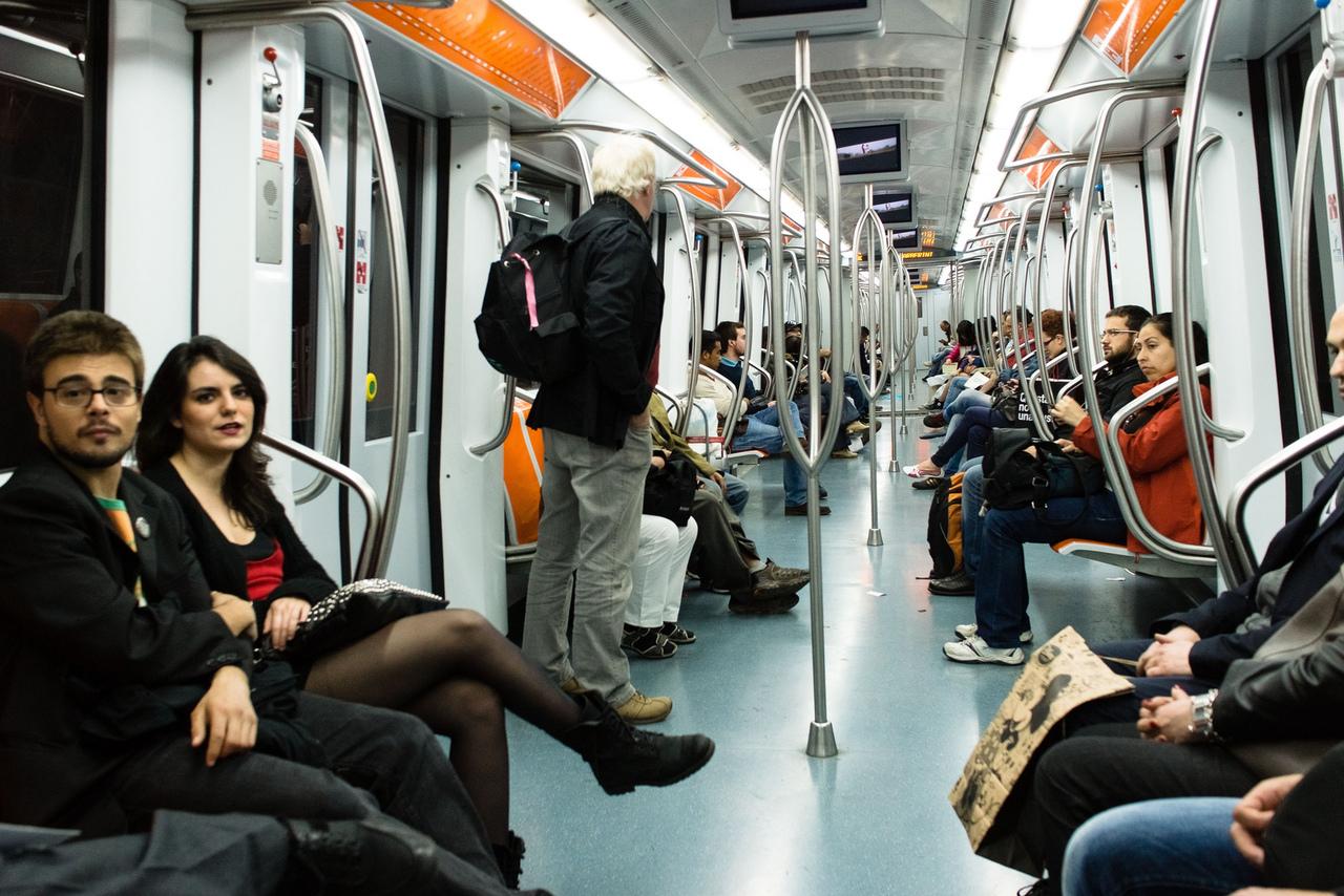 Парня нагло ограбили в метро, но его реакция заставила весь вагон согнуться пополам от смеха!