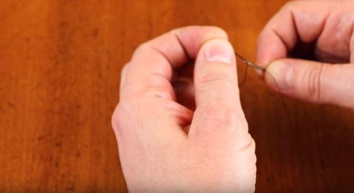 Как быстро продеть нитку в иголку, если руки дрожат и глаза подводят