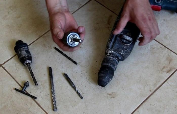 Как затянуть или отпустить сверло, если зажимный ключ для патрона потерялся
