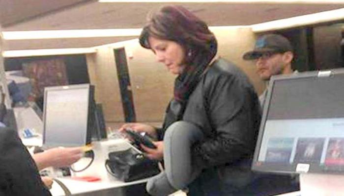 Фотография женщины, которая стоит в здании аэропорта, мгновенно разлетелась по Интернету! Вскоре Вы поймете причину