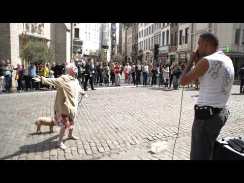 Старушка остановилась напротив уличного музыканта. Такого от бабули не ожидал никто!
