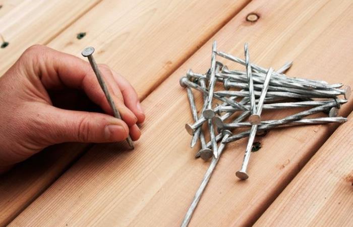 Как забить гвозди так, чтобы не оставалось трещин в древесине