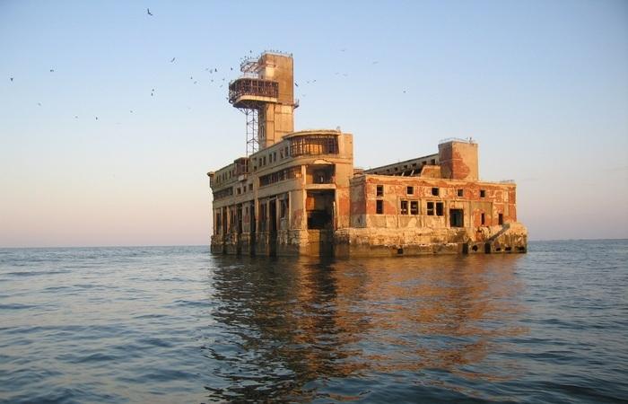 «Каспийский форт Боярд»: чем на самом деле является странная заброшенная постройка