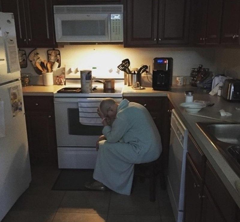 Он случайно увидел, как его тёща сидела на кухне с поникшей головой. Именно тогда он узнал ужасающую правду…