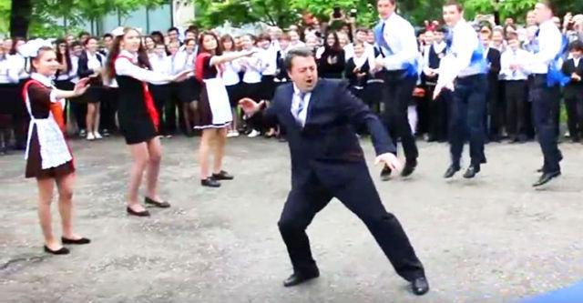 Директор школы показал всем ученикам как нужно зажигать! Вот это директор!