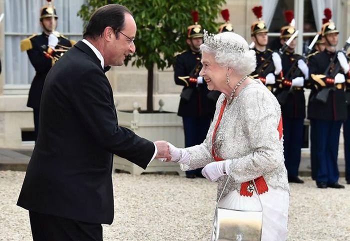Этот тайный жест Елизаветы II может означать только одно... Придворные реагируют немедленно!