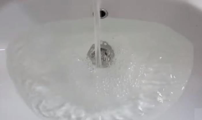 Как быстро прочистить раковину, если вода перестала уходить в слив