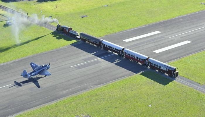 Почему в некоторых аэропортах самолеты приземляются на ж/д переезде или оживленной автостраде города